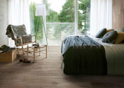 Dormitor amenajat cu gresie tip parchet Alpi Tortora